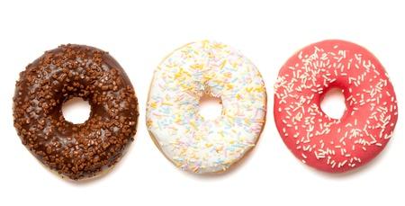revestimientos: Grupo de tres anillos de espuma de color blanco, rosa y revestimientos de color chocolate y roc�a. Aislado sobre fondo blanco.