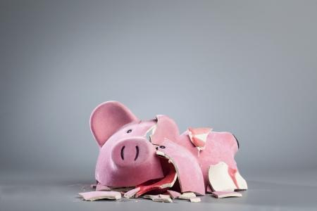 beroofd: Gebroken spaarpot.