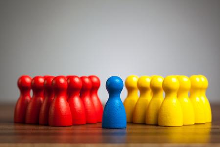빨간색과 노란색 그룹 사이의 중간에 파란색 그림. 명상, 리더십, 다양성, 통일 개념입니다.