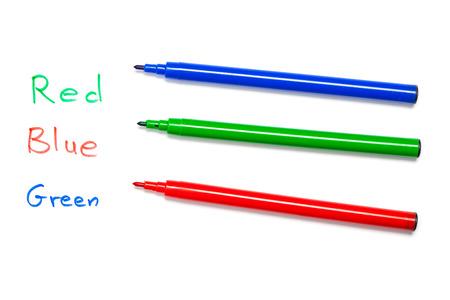 teaser: Rosso, blu, verde penna con il nome di colori misti scritte come rompicapo, enigma. Ritaglio, isolato su bianco.