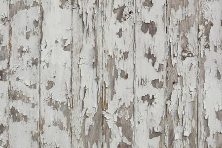 천천히 필 링하는 흰색 페인트와 오래 된 나무 벽. 부패, 그런 지 배경입니다.