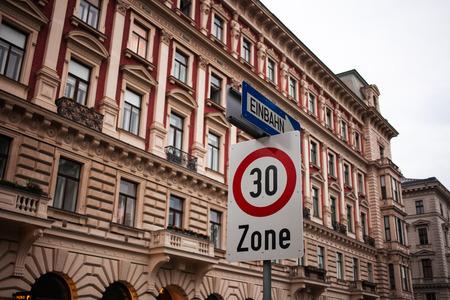 Stil: Dreizigerzone und Einbahnstraße vor Gebäude mit alten architektonischen Kunststilen.