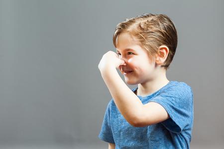 nariz: Serie de un ni�o peque�o, Expresiones - somethig apesta, tap�ndose la nariz