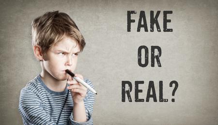 가짜 또는 진짜, 소년 grunge 배경, 쓰기 및 생각, 복사본 공간에 질문을 고려