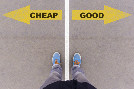 アスファルトの地面、足と床、個人的な視点あんよコンセプトの靴に黄色の矢印の格安対良いテキスト 写真素材