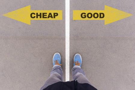 Billig gegen guten Text auf gelben Pfeilen auf Asphaltboden, Füßen und Schuhen auf Boden, persönliches Perspektive fousie Konzept