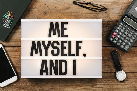 나, 나 자신과 나는 빈티지 스타일의 라이트 박스로 사무실 책상, 높은 각도의 새 눈으로 볼 수있다.