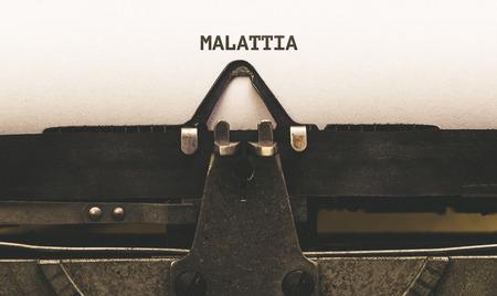 Malattia, Italiaanse tekst voor ziekteverlof, op papier in vintage typeschrijfmachine uit de jaren 1920 Stockfoto