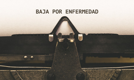 Baja por enfermedad, Spaanse tekst voor ziekteverlof, op papier in vintage typeschrijver uit de jaren 1920