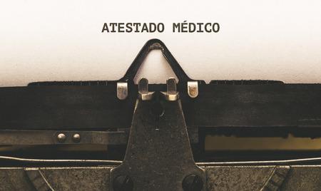 Atestado medico, Portugese tekst voor ziekteverlof, op papier in vintage typeschrijver uit de jaren 1920