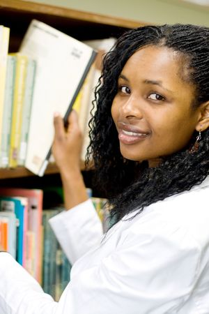 african student: giovani studenti africani lettura in biblioteca