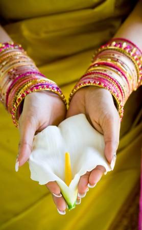 sari: mujer india con flores Foto de archivo