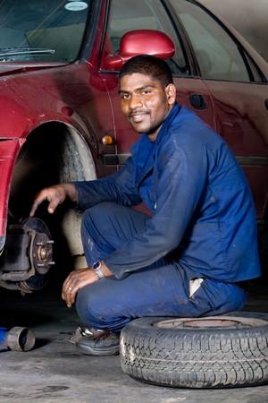 industrial mechanics: indian mec�nico cambio de neum�ticos de veh�culos Foto de archivo