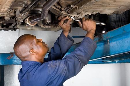 mecanico: african mec�nico trabajando en un veh�culo Foto de archivo