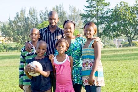 garcon africain: famille heureuse