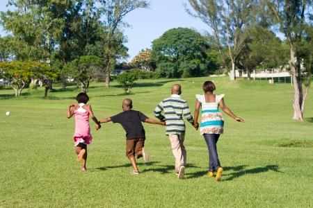 hermanos jugando: los ni�os africanos corriendo