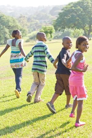 ni�os jugando parque: los ni�os africanos corriendo