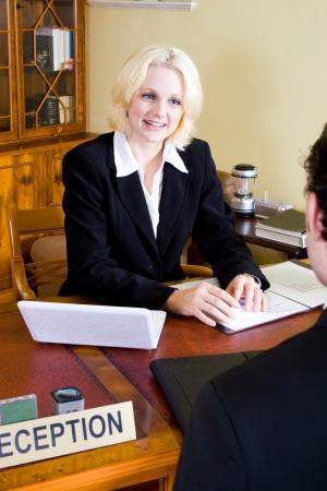 directeur d'hôtel à la réception avec le client