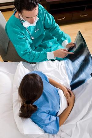 hospitalisation: m�decin de sexe masculin visite de son patient dans l'h�pital