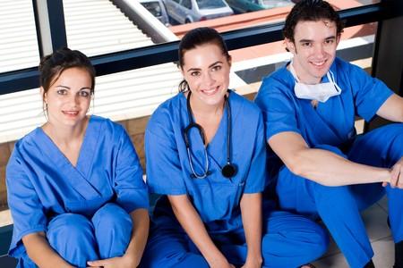 estudiantes medicina: grupo de j�venes m�dicos y enfermeras de relax