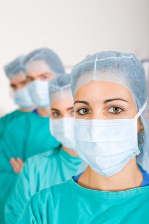 enfermera con cofia: cirujanos en sala de aislamiento