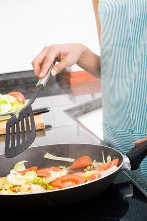 mujeres cocinando: la cocina mujer en el hogar de la cocina Foto de archivo