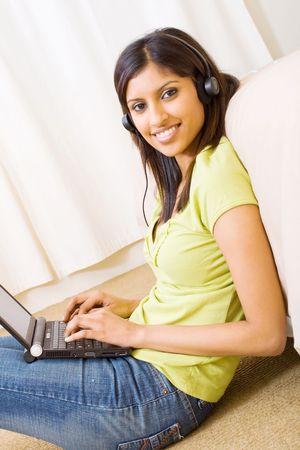 listening to music: mujer hermosa escuchar m�sica