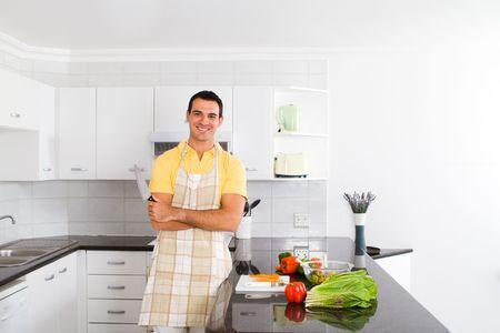 unmarried: joven Bachiller feliz en la cocina