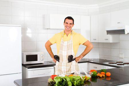 cuchillo de cocina: hombre feliz en la cocina