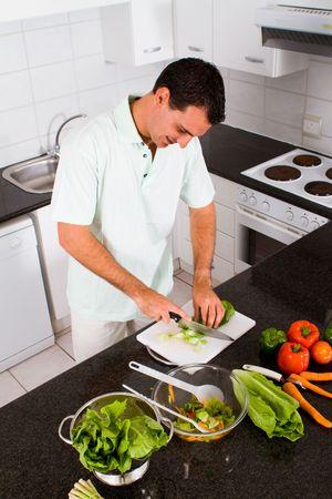 unmarried: hombre joven feliz cocinar en la cocina