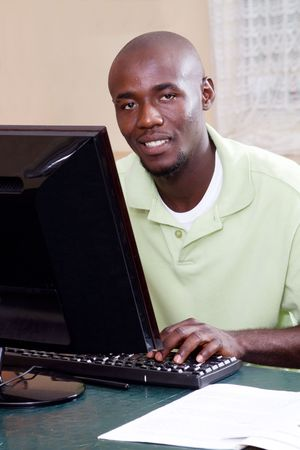 etudiant africain: adult african student using computer