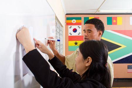maestra ense�ando: Profesor chino, ense�anza de adulto estudiante africano Foto de archivo