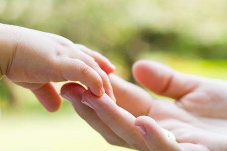 어머니와 아기 손