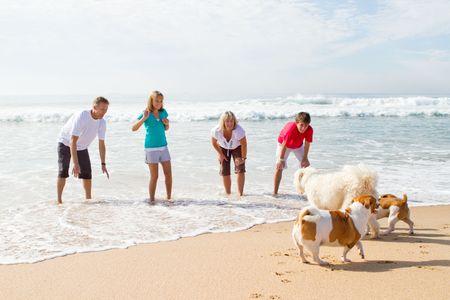 familia con mascotas en Playa Foto de archivo