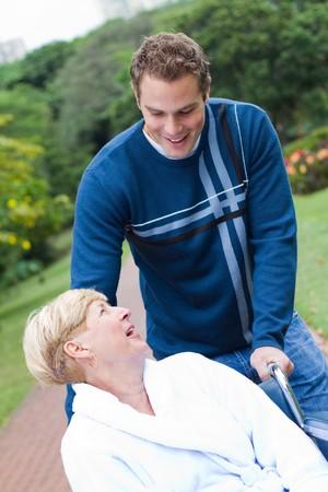 operation gown: madre enferma con hijo en el Parque Foto de archivo