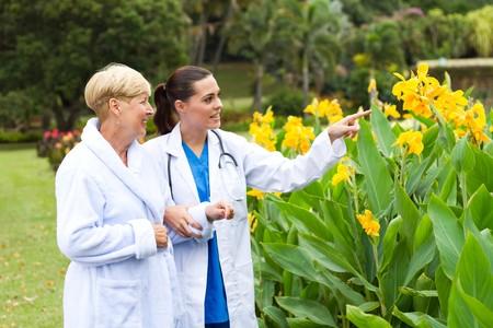 chorowity: pielÄ™gniarki i pacjenta chodzenia z przyczyn szpitala  Zdjęcie Seryjne