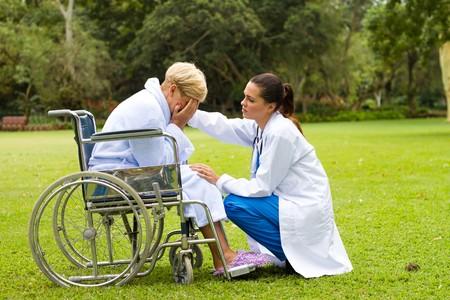 operation gown: m�dico paciente reconfortante