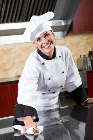 cucina antica: lo chef femmina pulizia commerciale cucina
