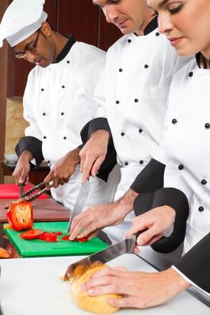 cocinas industriales: cocineros, preparar la comida en la cocina comercial