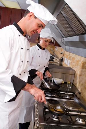cocinas industriales: chefs de cocina sobre cocina estufa juntos