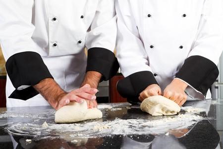 amasando: masa de pan amasado de manos de chef
