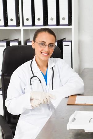 guanti infermiera: giovane infermiera medica in ufficio