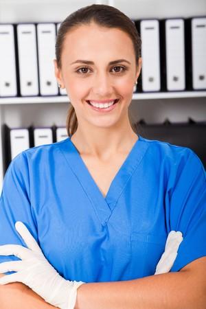 guanti infermiera: giovane infermiera in ufficio