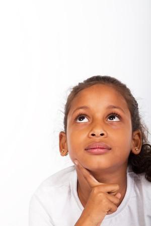 bambini pensierosi: giovane ragazza indiana sognare ad occhi aperti