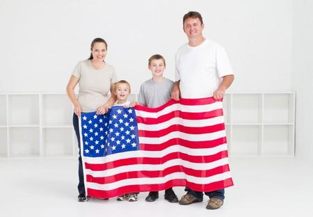banderas america: familia americana joven feliz