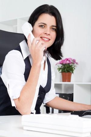 answering phone: tel�fono de respuesta de empresaria  Foto de archivo