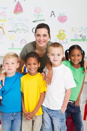 maestra: joven maestro y los alumnos de jard�n de infantes