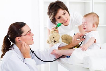 pediatra: Doctor coraz�n de comprobaci�n del beb�  Foto de archivo