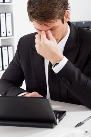 male headache: empresario cansado en la Oficina  Foto de archivo