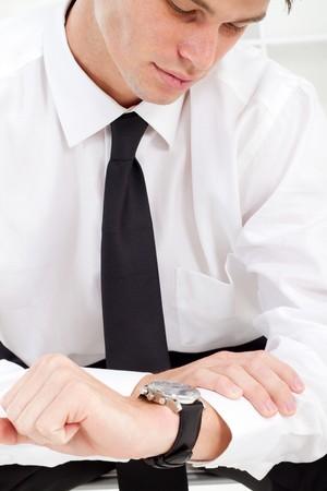 puntualidad: comprobaci�n de tiempo en el reloj de pulsera de hombre de negocios
